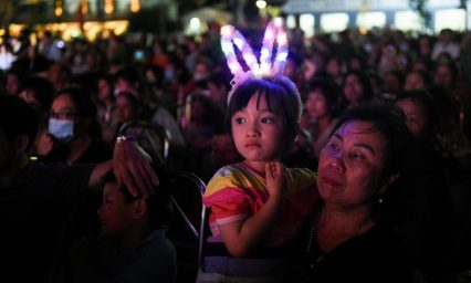 Vietnamese flock to festival, shrug off outbreak risk