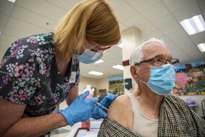 Sabiduría y miedo llevan al 90% de los adultos mayores de EE.UU. a vacunarse contra covid